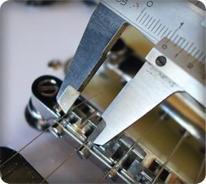 ブリッジ部の弦間ピッチは10mm