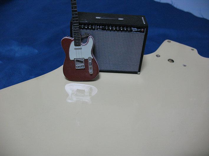 オモチャのギターが映り込んでいます
