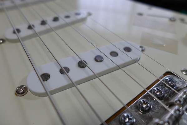 通常のヴィンテージ系ピックアップは、2弦のポールピースが低くなっています