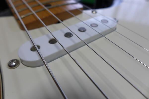 VANZANDT ( ヴァンザント )のJimi'sは、ジミ・ヘンドリックスが右用ギターを左に持ち替えて弾いていたというのを再現し、5弦側のポールピースが低くなっています