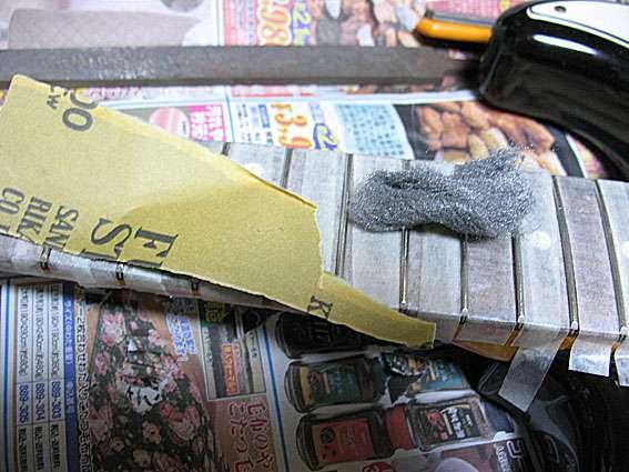 指盤をマスキングをしてフレットを磨きます