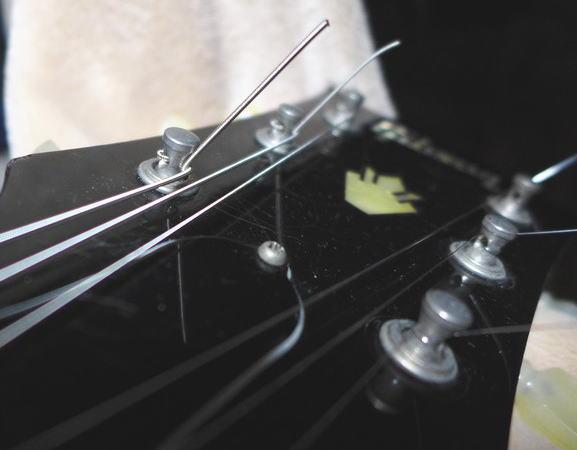 上に跳ね上げた弦を下側の弦で挟み込んでいるのが分かるでしょうか?