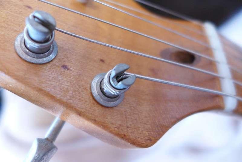 クルーソンペグは弦をポスト内に収納してから弦を巻き上げる方法ですが