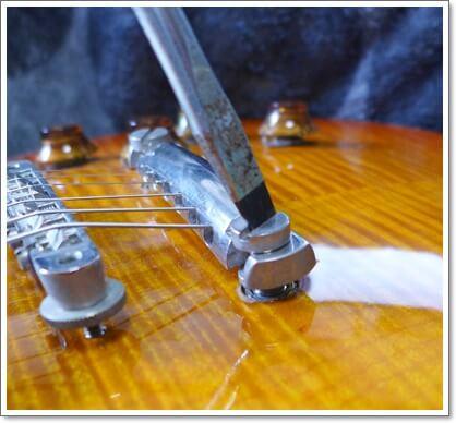 テールピースの上げ下げは弦を緩めれば簡単に出来ます