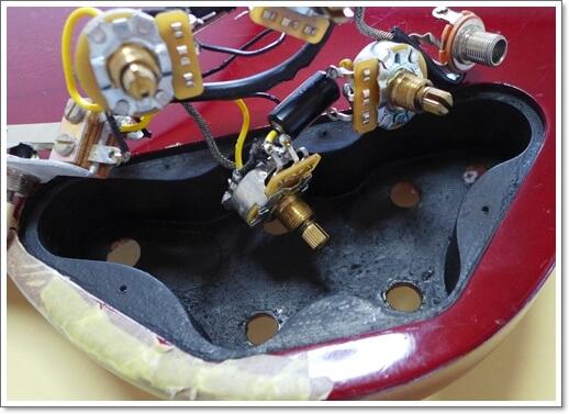 蓋を開けたついでにSGにも導電塗料も塗りました