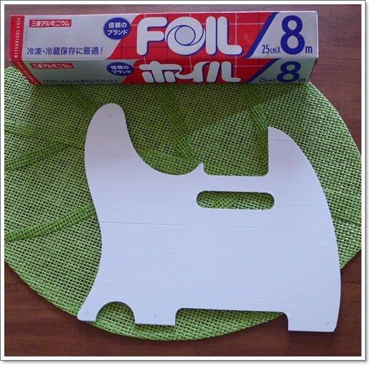 今回は薄い両面テープに、料理で使うアルミホイルを使用