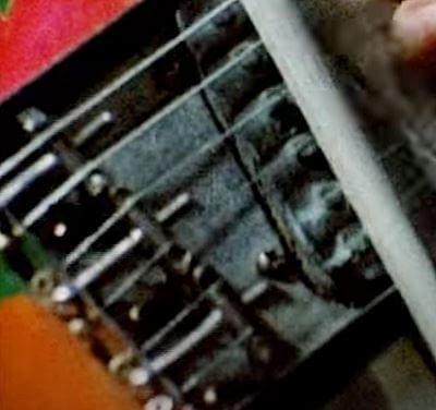 ボディー裏側ではなく表側から弦を張るトップローディング仕様のテレキャスターブリッジ