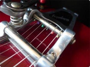 ビグスビーはボールエンドを引っ掛けて弦を張ります