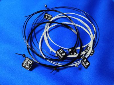 ボールエンド付きナイロン弦は色が黒いので慣れ必要?