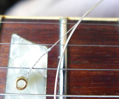 ピカールで拭いた古い弦と新品の弦の比較
