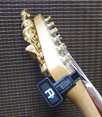 ストラトキャスターに取り付けたところ(6弦側横から)D'Addario NS Micro Headstock Tuner PW-CT-12