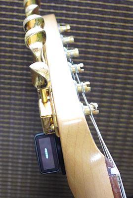 ストラトキャスターに取り付けたところ(1弦側横から)D'Addario NS Micro Headstock Tuner PW-CT-12